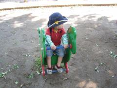 公園の遊具で遊ぶ