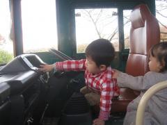 バスの運転席で遊ぶ