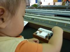 もも鉄道模型を操縦する