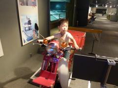 オートバイに乗るせんのすけ