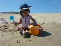 お砂で遊ぶもも
