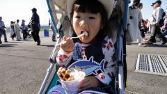 ももアイスを食べる