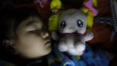 キャンディ人形と寝るもも