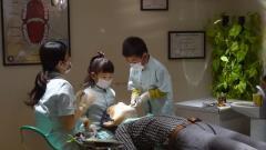 歯科医院で患者さん治療中
